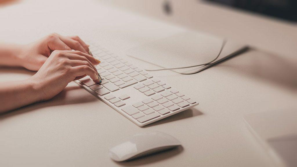 Une personne tape sur un clavier d'ordinateur