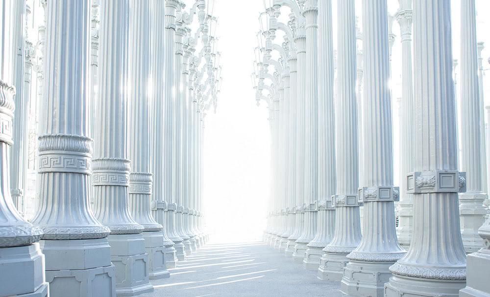 Colonnes blanches dans un palais de justice