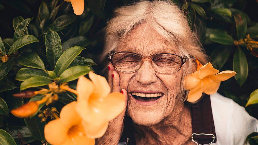 Femme âgée dans son jardin