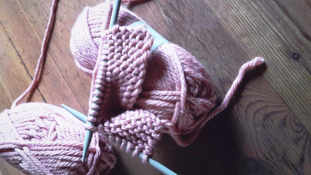 Laine rose et tricot