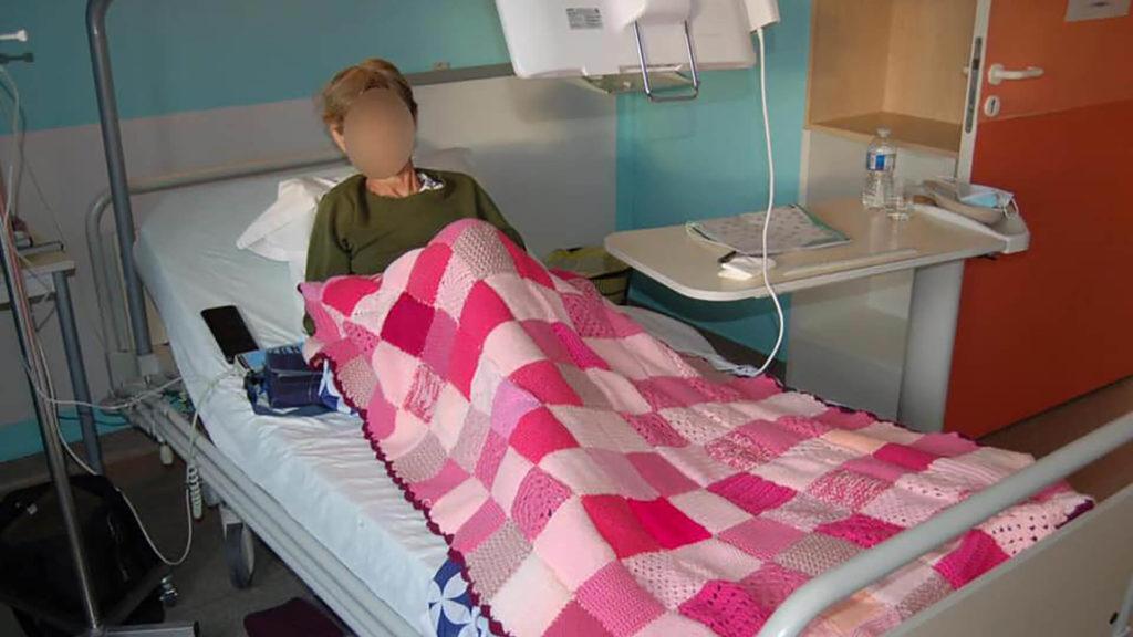 Couverture sur le lit d'une patiente