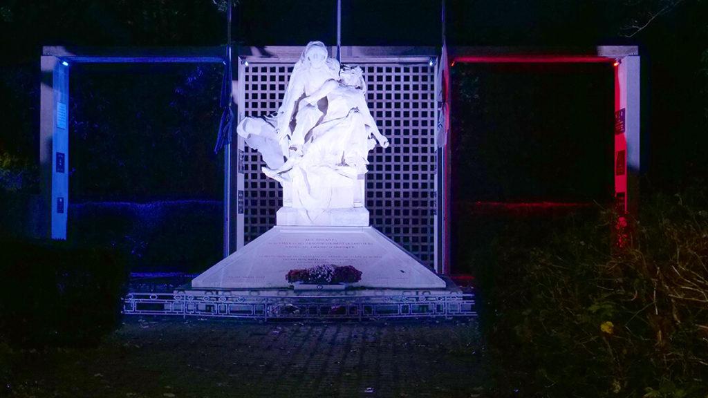 Monument aux morts éclairé