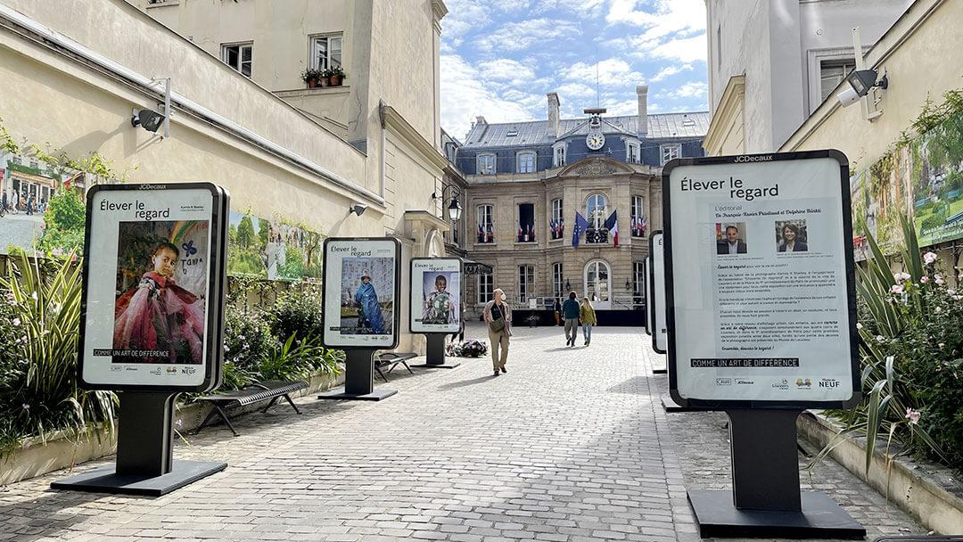 Dans la cour de la Mairie de Paris 9